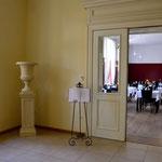 Schloss Ribbeck in Havelland: Steinvase v. RIBBECK, Podest 30, Sandsteinguss. Am Eingang zum Restaurant.