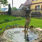 Jena: die Bronzefigur MARY als Wasserspeier in einem attraktiv betagten Gartenbrunnen