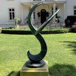 Potsdam: Bronzesonnenuhr GAUSS auf einem Podest aus VICENZA-Kalkstein in Wunschmaßen
