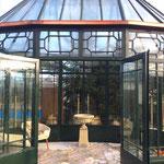 Falkensee b. Berlin: Steinvase EDWARD, Podest HENRY, englischer aged Cotswold-Stone. Noch unbepflanztes Schmuckstück in einem Gartenpavillon.