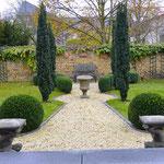 Potsdam: Steinskulpturen SATYR, Steinvase MEDICI, englischer aged Cotswold-Stone
