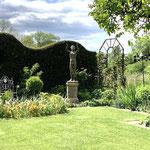 Lemgo: BETENDER KNABE in vielschichtig gestaltetem, kleinen Garten