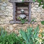 Alzey, Rheinland-Pfalz: Steinfigur MATHILDE, patinierter Steinguss. Phantasievoller Garten mit liebevollen Arrangements.
