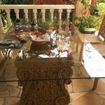 Frühstück auf Ibiza: die Steinbasen VOLUTE als Basis für einen traumhaften Start in den Tag.