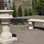 Caputh: Ganz frisch angelegter Garten, mit Steinbrunnen ST. DENIS und Bank LYRA, Sandsteinguss.