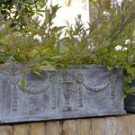 Potsdam: Die Pflanzkästen PHILIIPPE aus schwerem Gusseisen, fein bepflanzt vom Kunden.