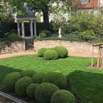 Magdeburg: Göttin HEBE, Carrara-Marmor-Guss neben einem Pavillon in einem großen Garten, perfekt positioniert.