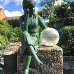 Lutherstadt Wittenberg: Bronzefigur MARTINE, grün patiniert, neben Leuchtkugel