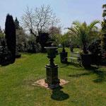 Havelland: Vase TIVOLI, patiniertes Gusseisen. Neues Zentrum in einem großen Garten.