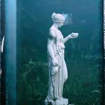 Potsdam: Göttin EBE, traumhaft in einem Garten im Nebel