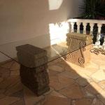 Ibiza: Prächtiger Platz in mediterraner Abendsonne mit den Steinbasen VOLUTE