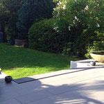 Willich/Niederrhein:. Steinschalen LOTUS 125 cm in japanisch angelegtem Garten. Naturstein Basanit, Steinmetzarbeit