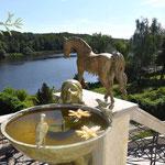 Potsdam: Bronzebrunnen ALESSIA, im Hintergrund Bronzepferd CADENZA-II