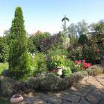 Plauen: Steinvase TOSCA in üppigem Garten