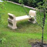 Berlin: Steinbank PALLADIO, Kalkstein aus Vicenza, maßgeschneiderte Steinmetzarbeit. Schwungvolle Skulptur zum Sitzen.