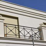 Geltow/Potsdam: Steinvasen PRIMA NOVA, vom Kunden weiß gestrichen und als Finials auf Balkonpfeiler eingesetzt.