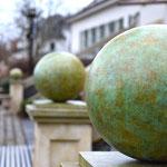 Potsdam: Bronzefigur KUGEL als Finial auf vier Steinpfeilern