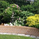 Wittstock/Dosse: Gusseisenfigur BALLERINA-I in einem fein angelegten Garten.