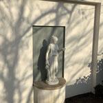 Caputh: Steinfigur GÖTTIN HEBE in einer Wandnische im Garten