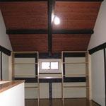 2階 造り付けの棚
