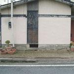 ①花壇と接する家の外壁部分に防水塗料を塗ります。