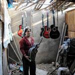 En el corazón del asentamiento, uno de sus pobladores ha encontrado un nicho de empleo: la fabricación artesanal de guitarras.