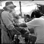 En Urkupiña un peregrino es sahumado por una especialista ritual para ofrecer a los seres tutelares una ofrenda que le permita disfrutar de un buen año.