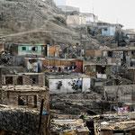 """Asentamiento humano en los alrededores de Lima. Es una """"barriada urbano-popular"""" tomada al cerro. En ella, la vida tiene una dimensión extraordinaria."""