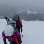 Wir steigen durch den hohen Schnee ...