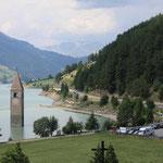Ein Blick noch auf den Reschensee mit dem großen Parkplatz ...