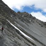 """Wir gehen diesen schmalen Weg weiter in Richtung """"Payer-Hütte"""" ..."""