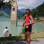 Im Hintergrund den Kirchturm im See ...