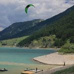 Sie haben hier in einer Bucht am Reschensee herrlichen Wind ...