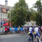 Hinter derm Pestalouui-Gymnasium in Heidenau war der Start ...