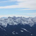 Wir sind in der Nähe von Murnau gestartet und können nun schon zum Alpenkamm schauen ...