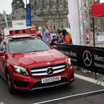 """Der rote Mercedes der Laufszene kündigt den Zieleinlauf der """"Ersten"""" Frau an ..."""