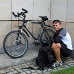 Alexander kam mit dem Fahrrad von Arbeit ...