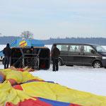 Nun kommt auch das Transportfahrzeug für Korb und Ballon angefahren ...
