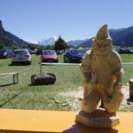 Holzschnitzer sind vor Ort, die mit kleineren Kettensägen Figuren sägen ...