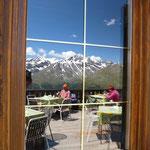 Die Berge spiegeln sich im Fenster ...