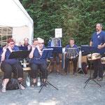 Die Dorfkappelle untermalt den Start musikalisch ...