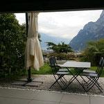 Unsere Terrassee mit Blick zum Gardasee ...