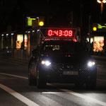 Kurz vor dem ersten Läufer kam das Führungsfahrzeug ins Ziel ...