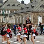 Inzwischen geben die Cheerlederinnen im Start/Zielbereich ihr Bestes ...