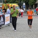 Hier wir noch eine 10 km-Läuferin für die letzten Meter angefeuert ...