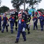 Die Feuerwehr-Mitglieder machen sich bereit um den Fackel-Einlauf vorzubereiten ...