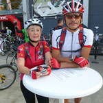 Ein netter Fahrradfahrer fotografiert uns ...