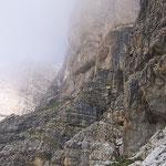 Hier links um die Ecke ist der Einstieg zum Klettersteig ...