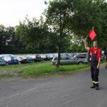 Die Feuerwehr ist hier voll im Einsatz und regelt das Parken ...