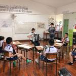 4~5年生のクラスでのアコーディオン指導(ホアンカオ小学校)